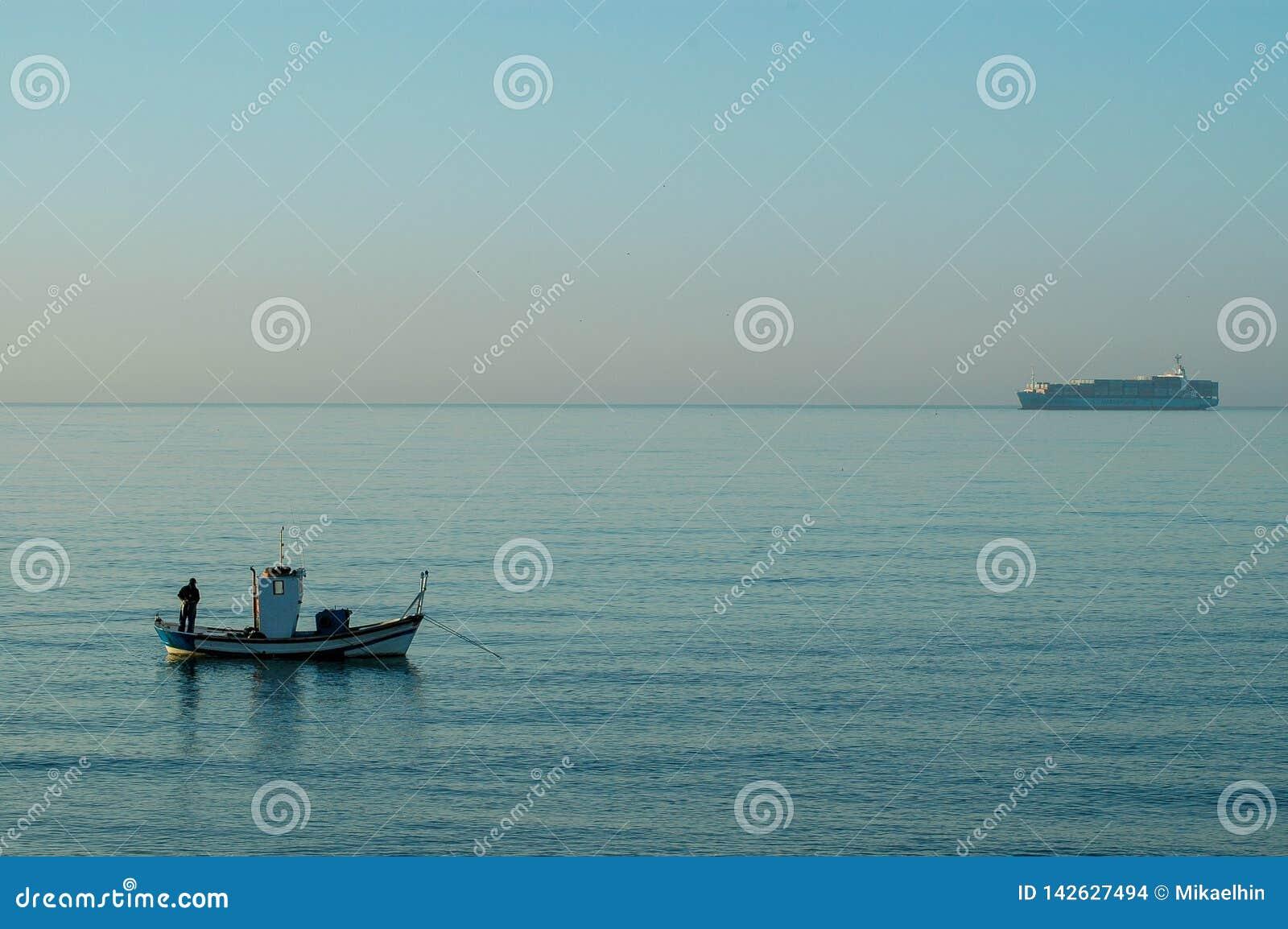 SPANIEN MALAGA - OKTOBER 30 2009: Fiskare på kusten för El Palo tidigt på morgonen