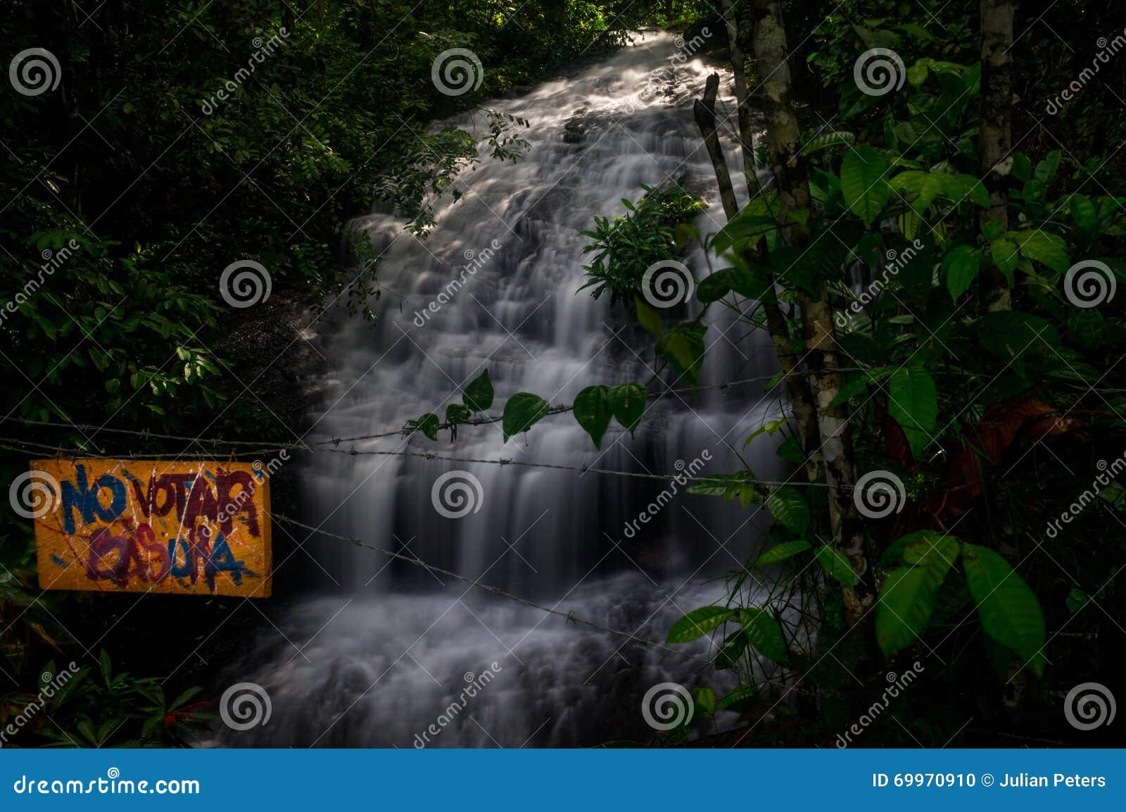 Spanisch kein Abfallzeichen vor Wasserfall