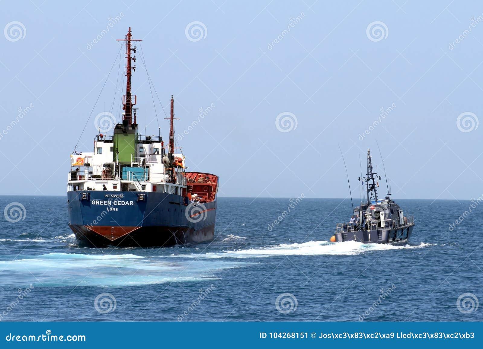 Spanische Gewohnheitsküstenwache, die ein Motorschiff steuert