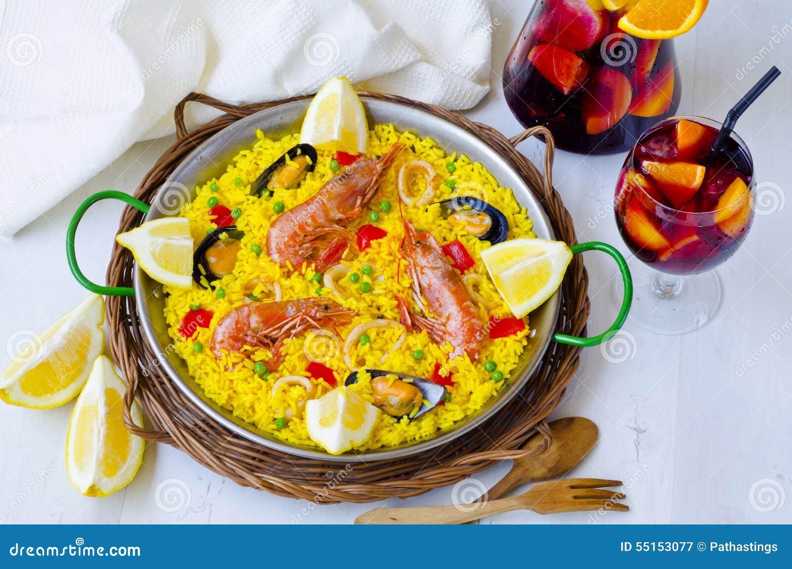 Spanische Küche Paella Und Frische Sangria Stockbild - Bild von glas ...