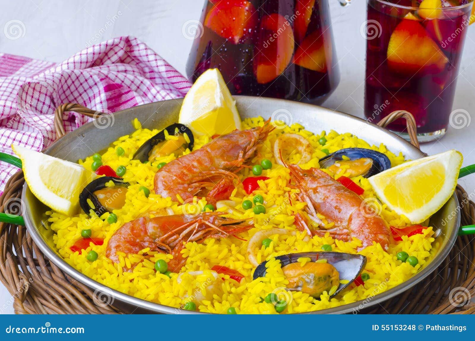 Spanische Küche Paella Und Frische Sangria Stockfoto - Bild von ...
