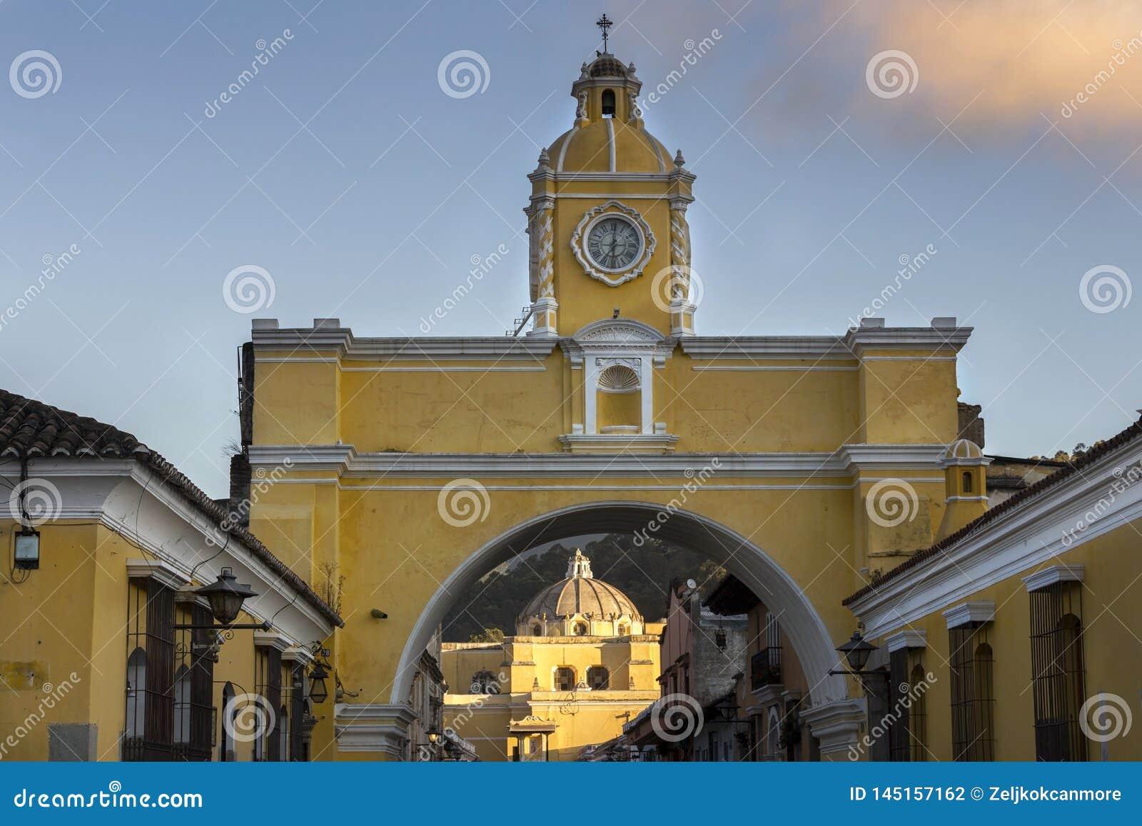 Spanische Kolonialarchitektur in der alten Stadt Antigua Guatemala mit Santa Catalina Arch und in der katholischen Kirche Iglesia