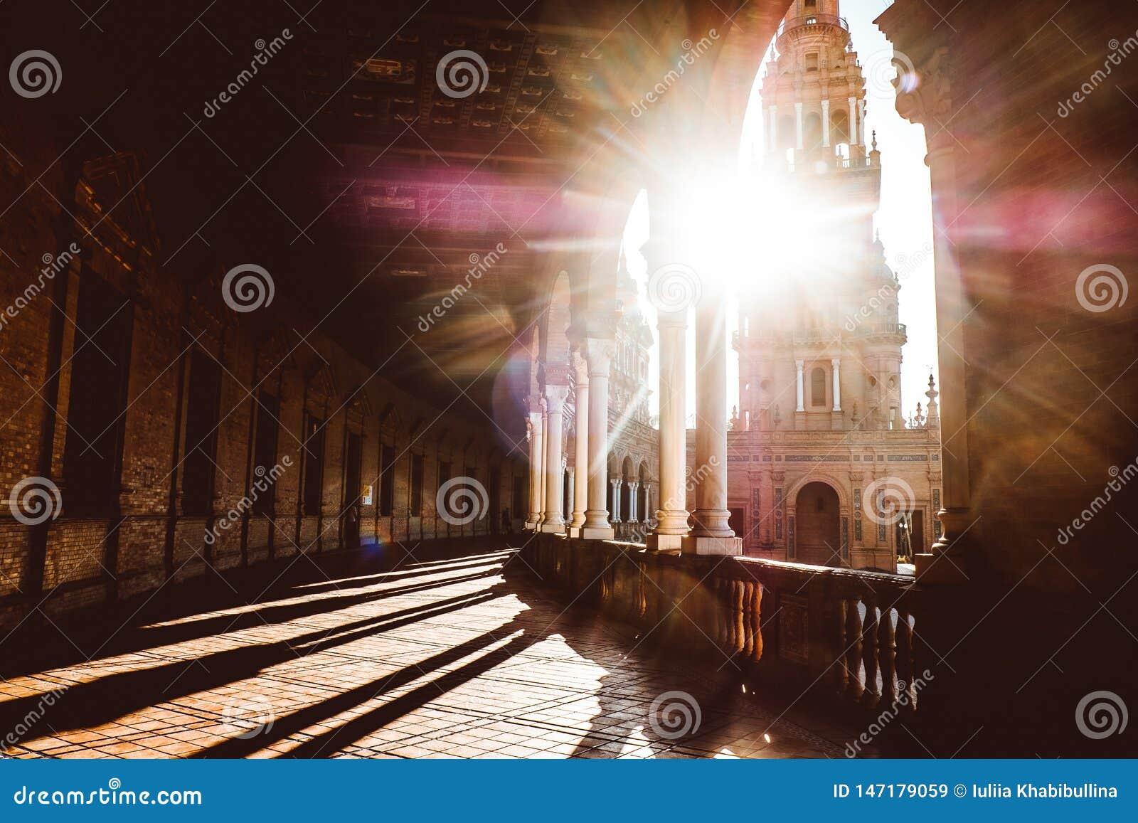 Spanjoren kvadrerar Plaza de Espana i Sevilla p? solnedg?ngen, Spanien