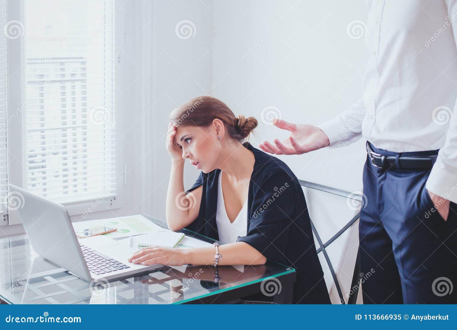 Spanning op het werk, emotionele druk, boze chef- en vermoeide ongelukkige werknemer