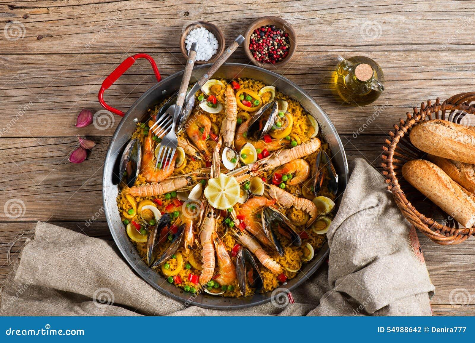 Spansk paella med skaldjur, sikt från över
