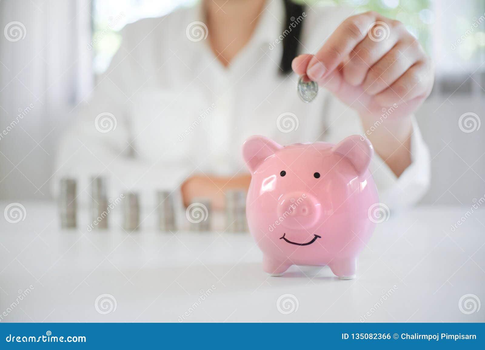 Sparande pengar för kvinnlig hand för det framtida avgångplanet