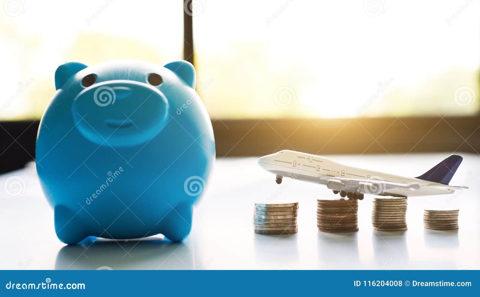 Sparande pengar för loppbegrepp Blå peggy bank med flygplanet och mynt