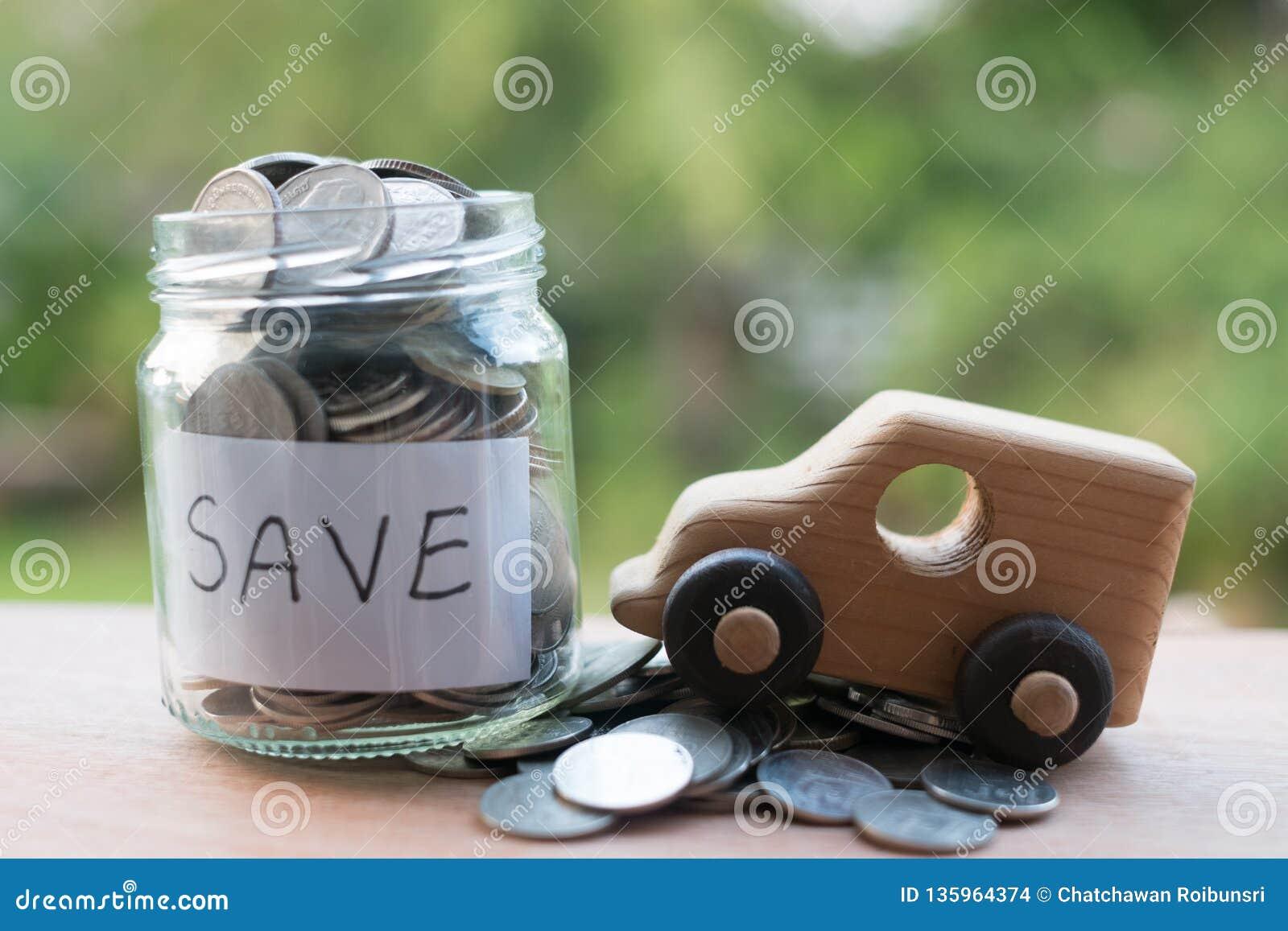 Sparande pengar med buntpengarmyntet för att växa din affär, thais mynt som staplar på trätextur som sparar för bra framtida liv,