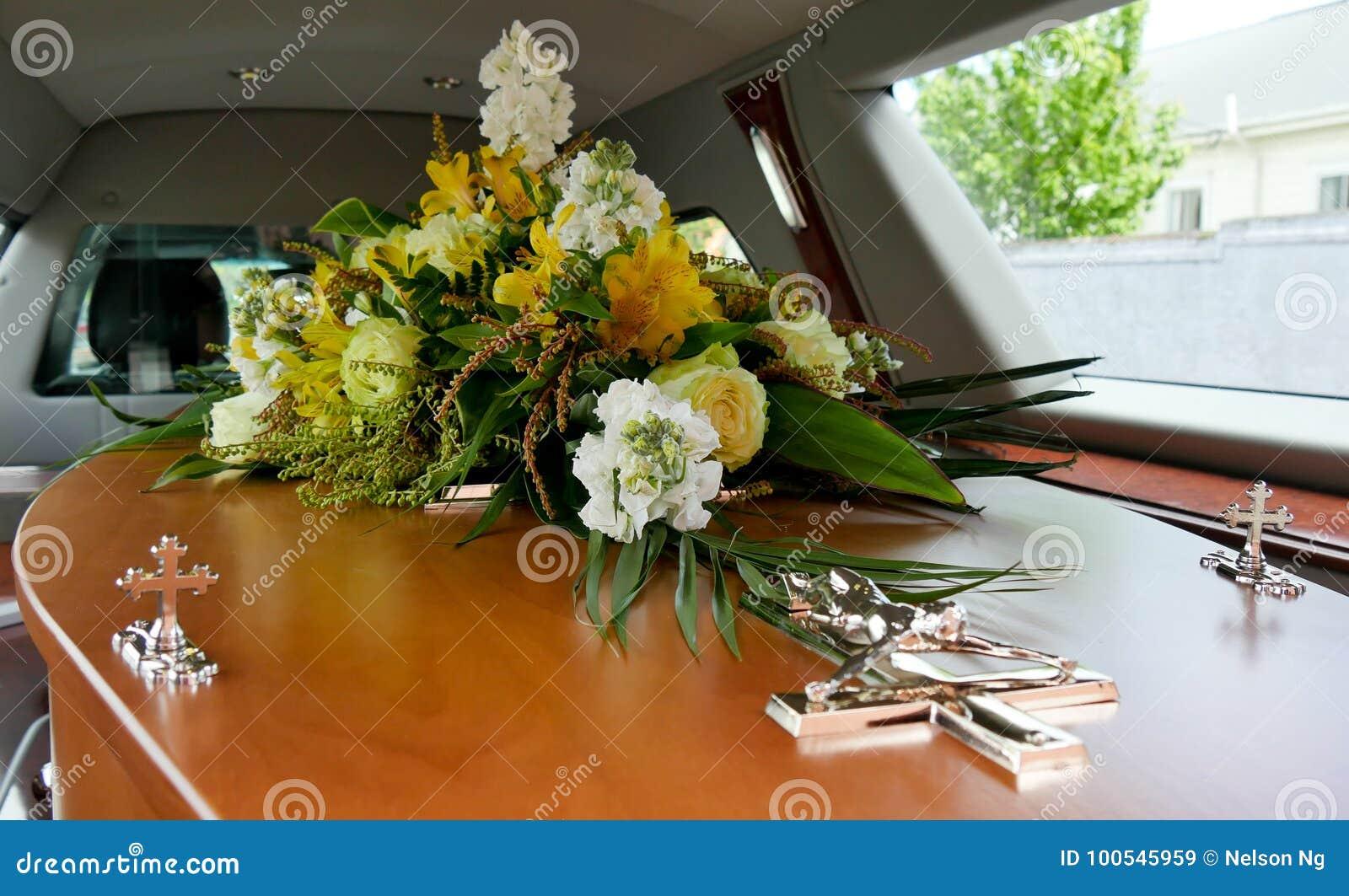 Sparato di un cofanetto variopinto in una saettia o della cappella prima del funerale o della sepoltura al cimitero