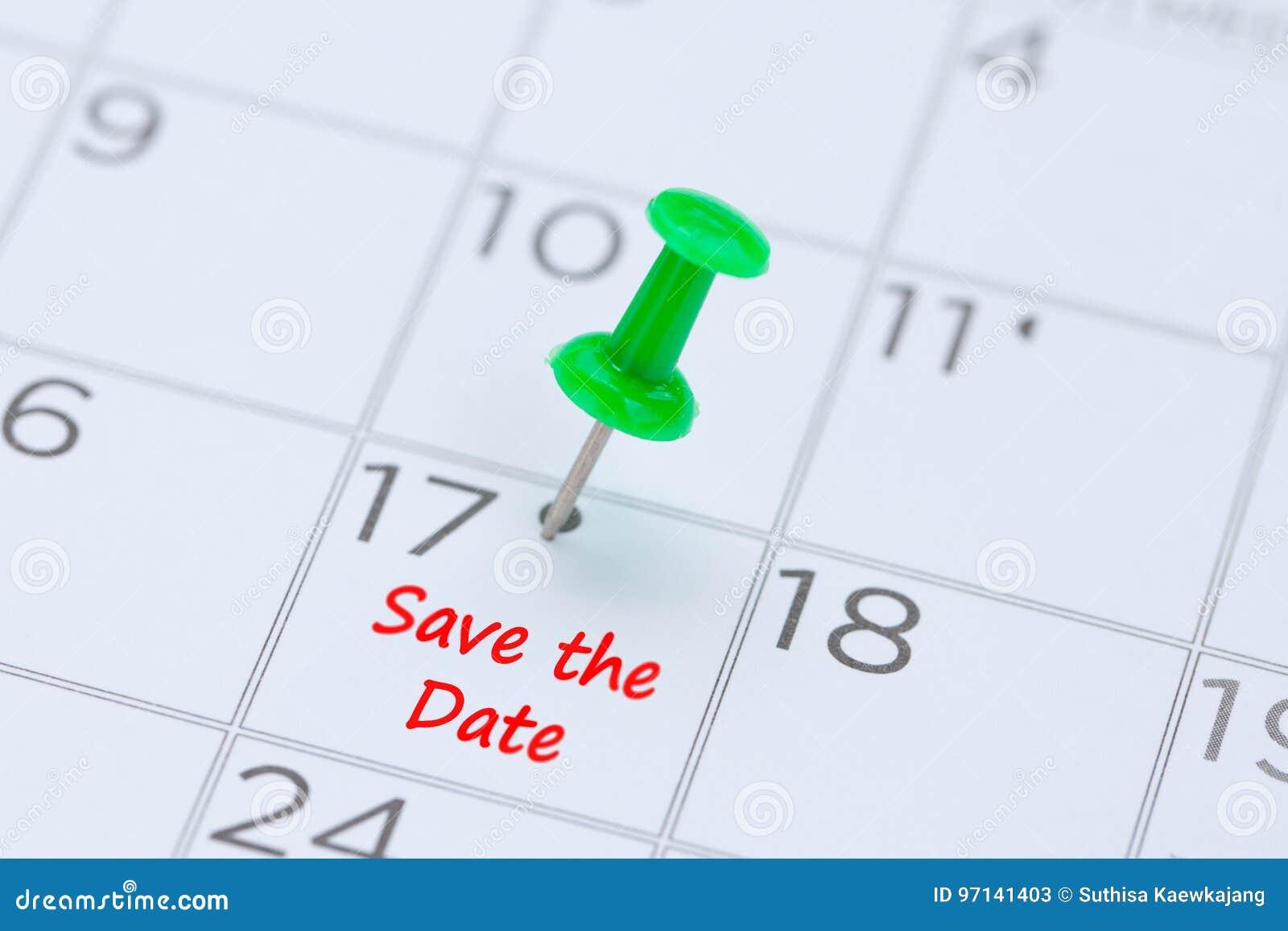 Sparen de Datum op een kalender met een groene duwspeld aan rem wordt geschreven die