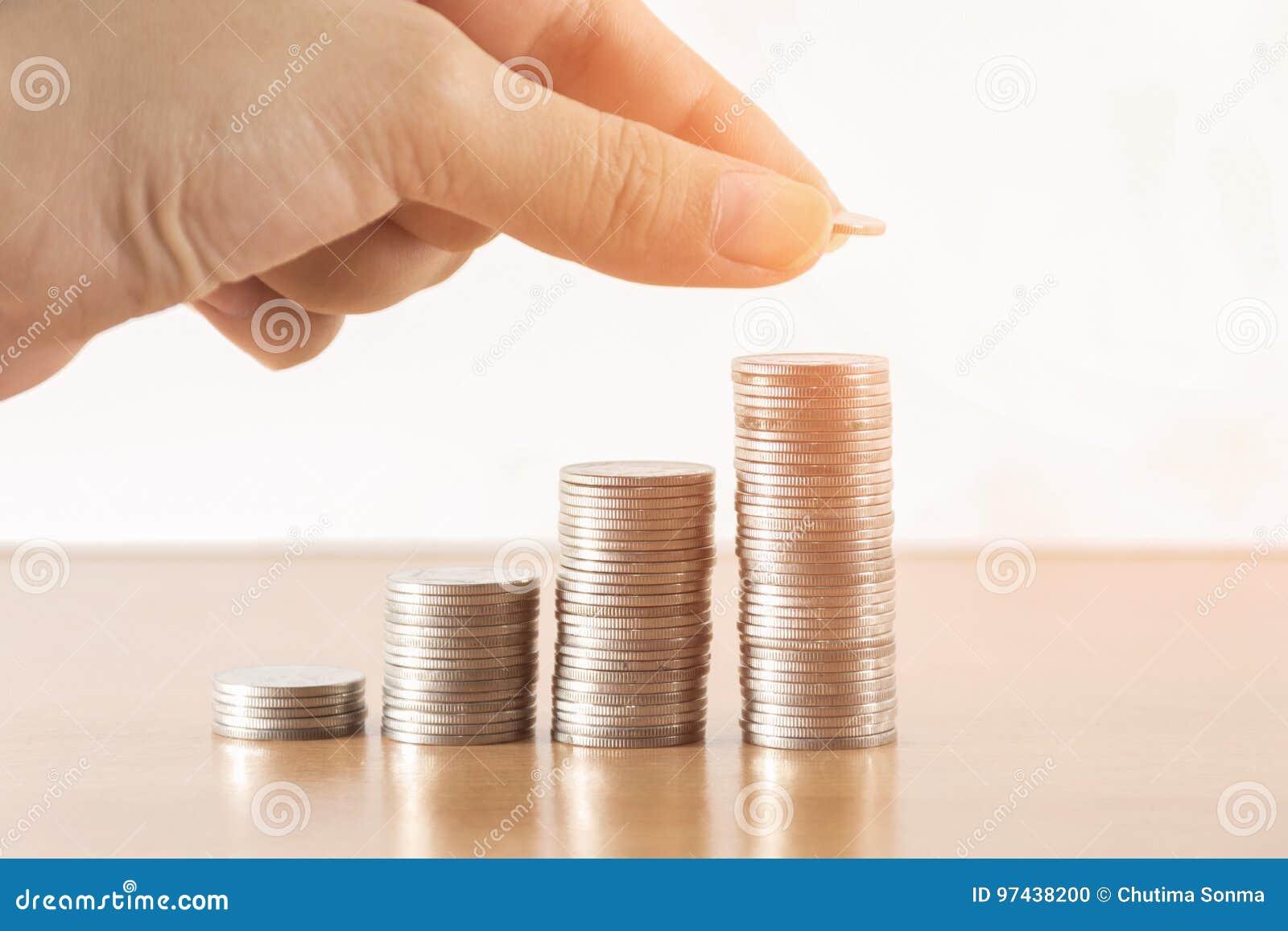 Sparen geld met het muntstuk van het stapelgeld voor het kweken van uw zaken