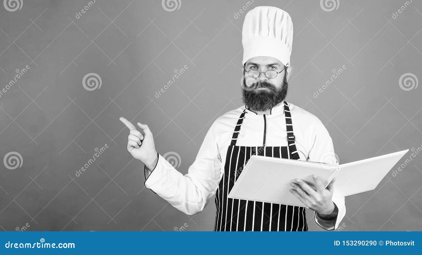 Sparen uw tijd Het gezonde voedsel koken vegetari?r Rijpe chef-kok met baard Het op dieet zijn en natuurvoeding, vitamine De ruim