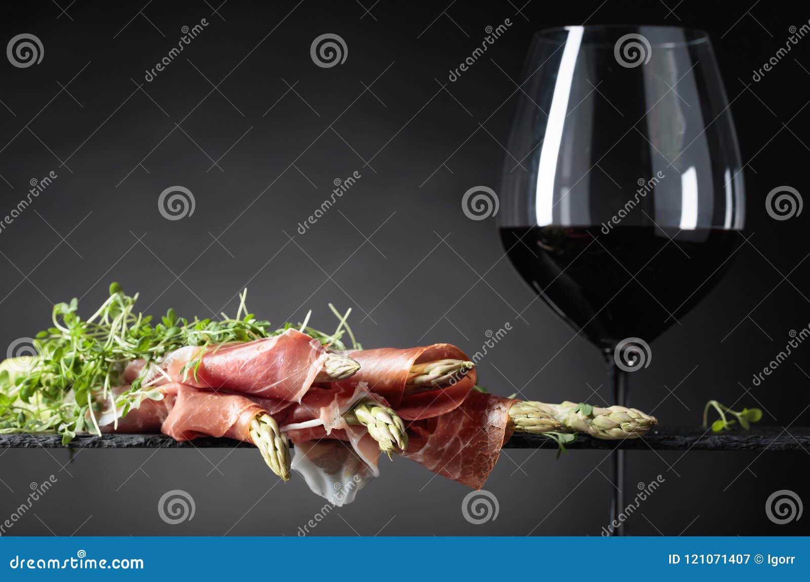 Spargel eingewickelt im Prosciutto mit Rotwein