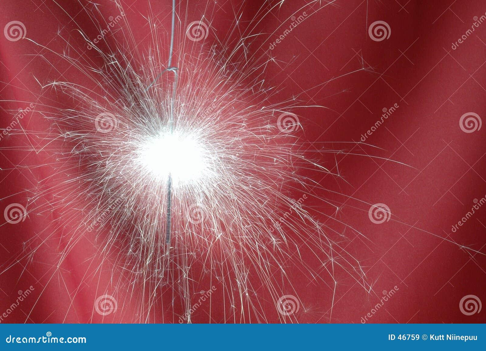 Sparkler auf einem roten faltenden Segeltuch