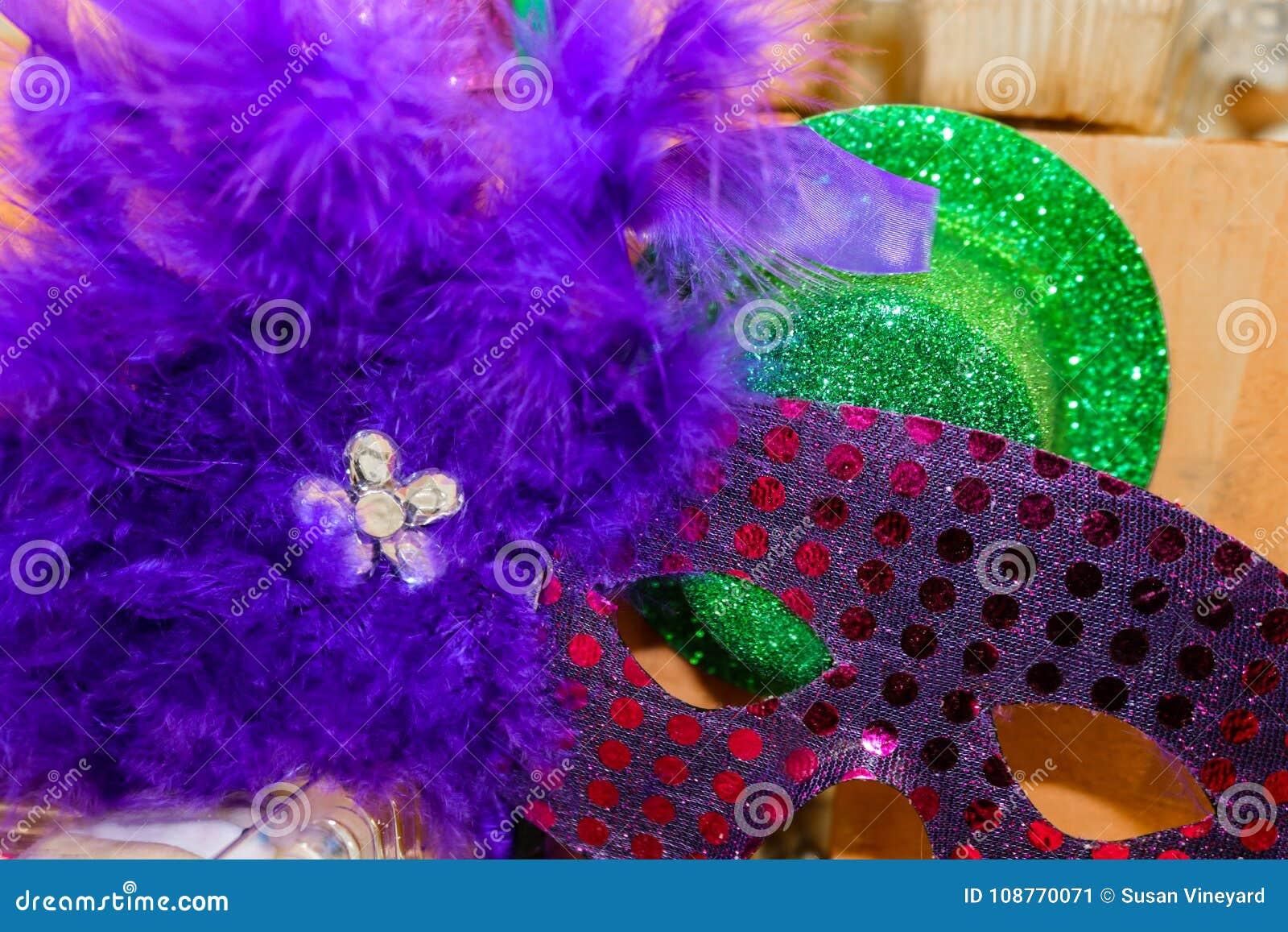 Sparkly Mardi Gras Mask och hatt med lilafjädrar och bergkristaller