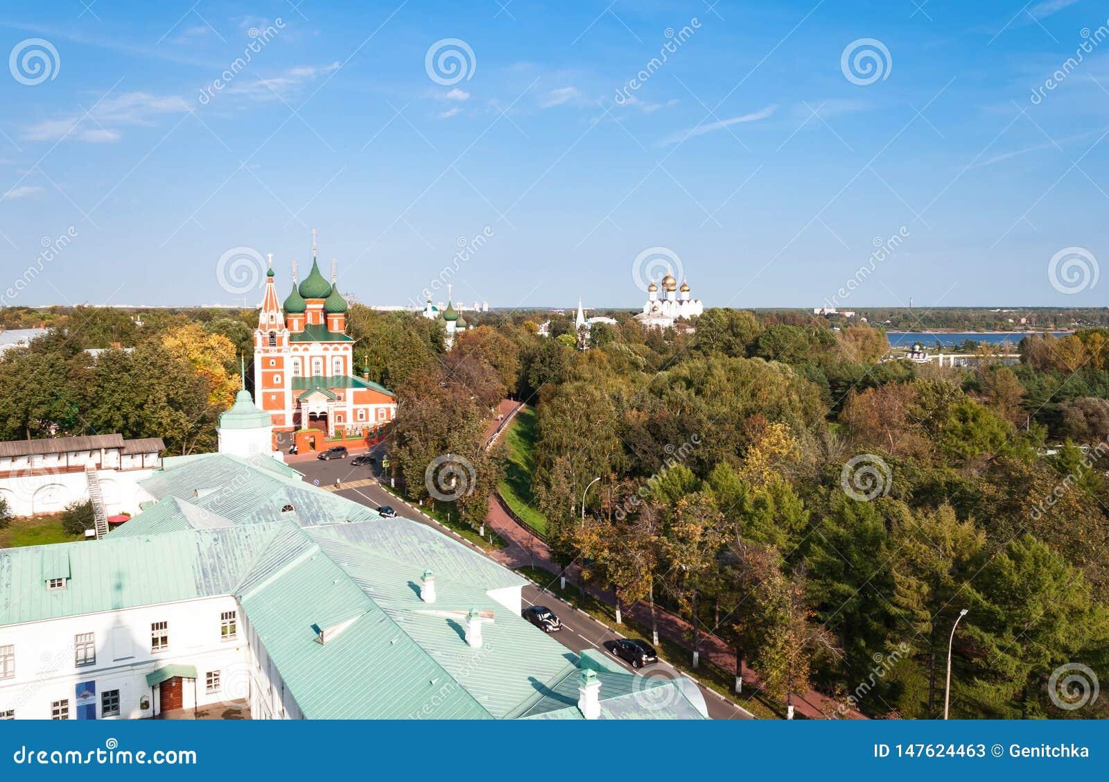 Spaso-Preobrazhensky kloster i Yaroslavl, Ryssland abstrakta dekorativa arkitektoniska klockstapeldetaljer