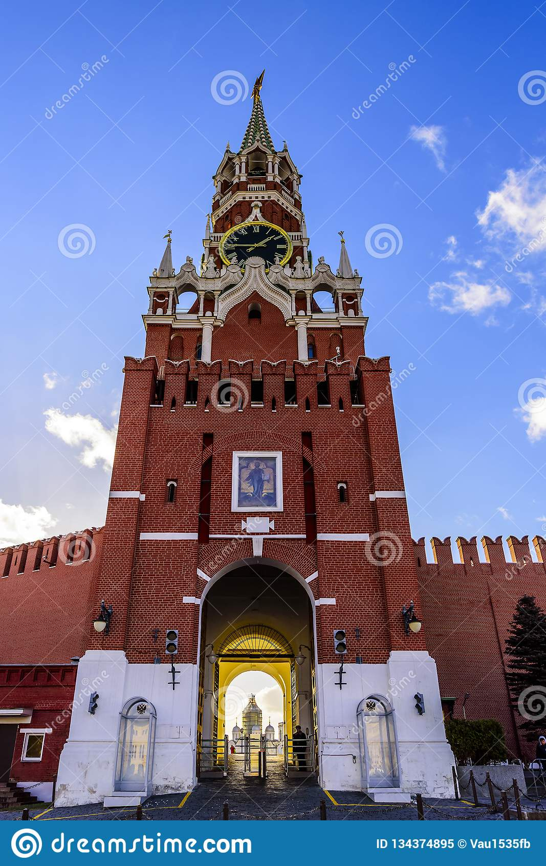 Spasskaya góruje Kremlin przeciw niebieskiemu niebu przy zmierzchem słoneczny dzień w opóźnionej jesieni, kuranty i przejście pla
