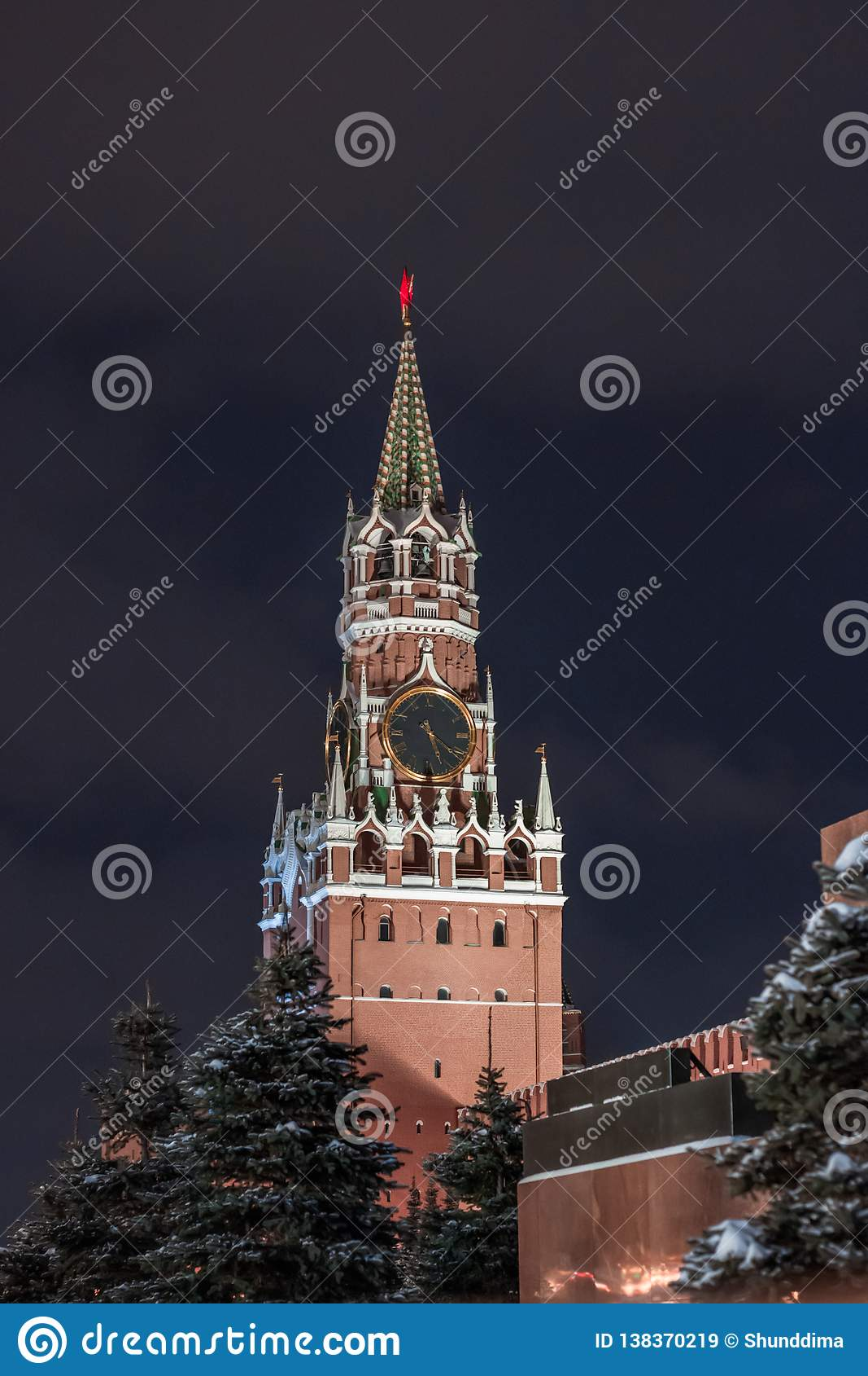 Spasskaya wierza na placu czerwonym, Moskwa, Rosja z zmrokiem - niebieskie niebo above
