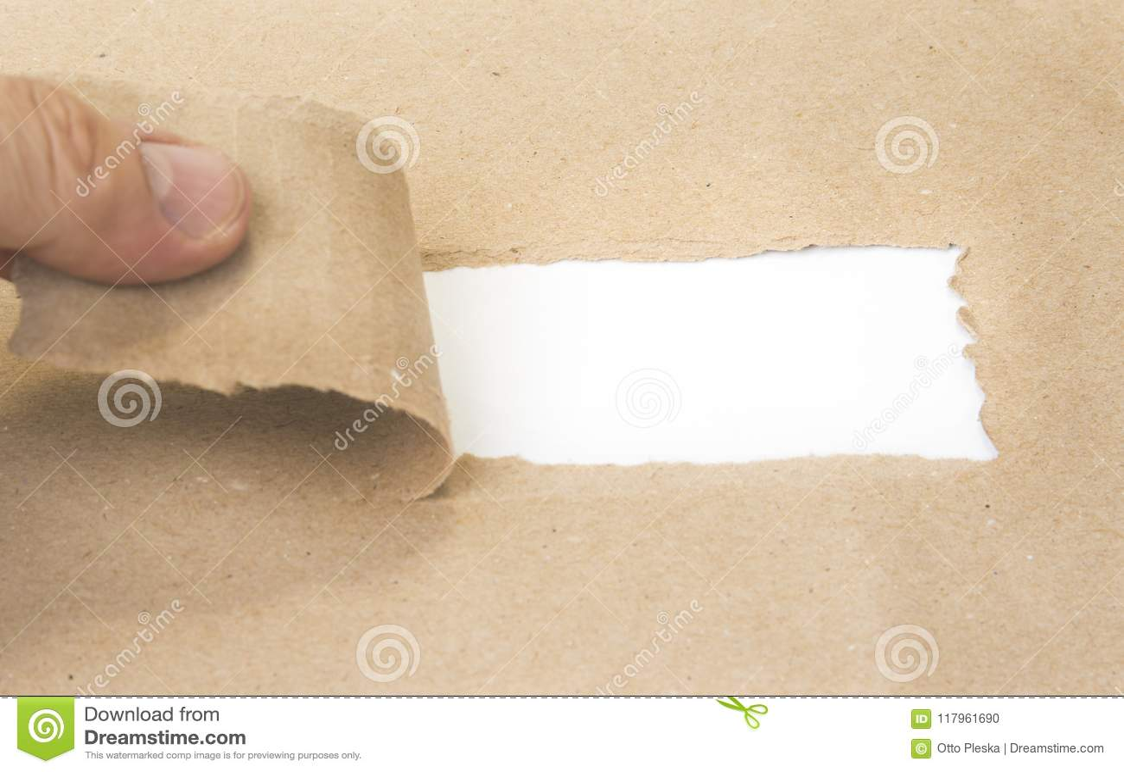 Spatie gescheurd pakpapier die nieuwe uitdagingen openbaren
