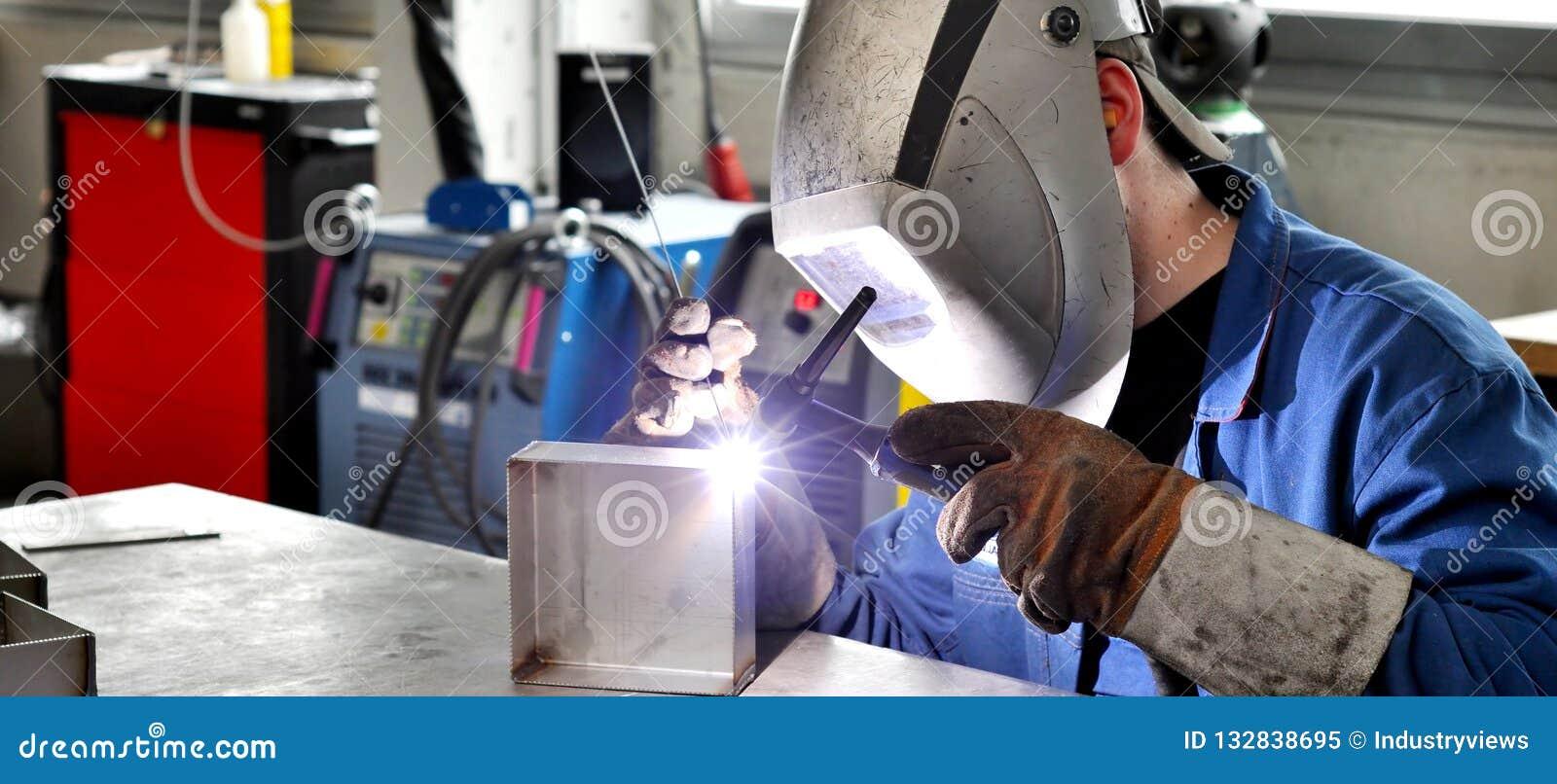 Spawacz pracuje w metal budowie - budowa i przerób