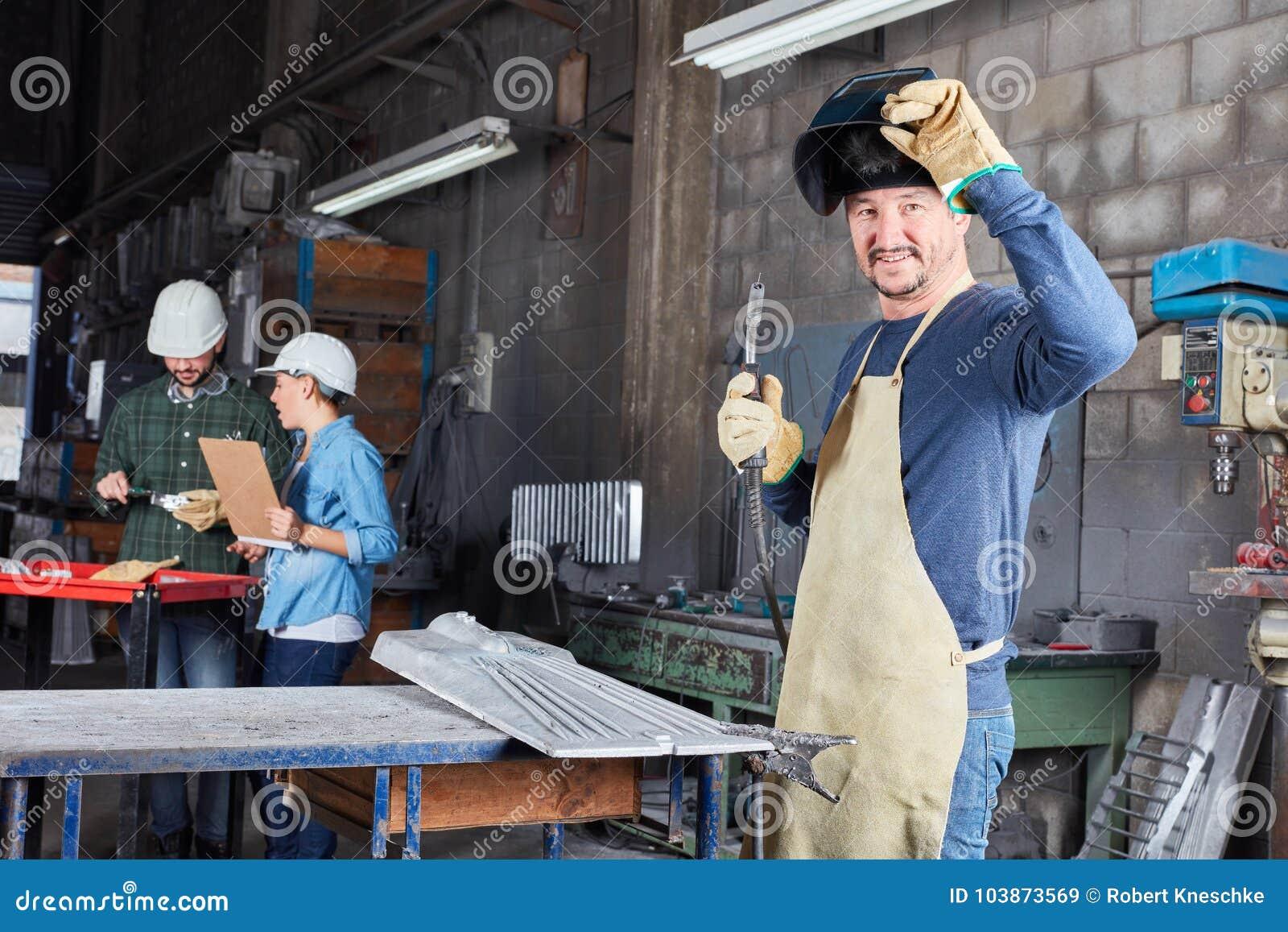 Spawacza przemysłu pracownik w fabryce