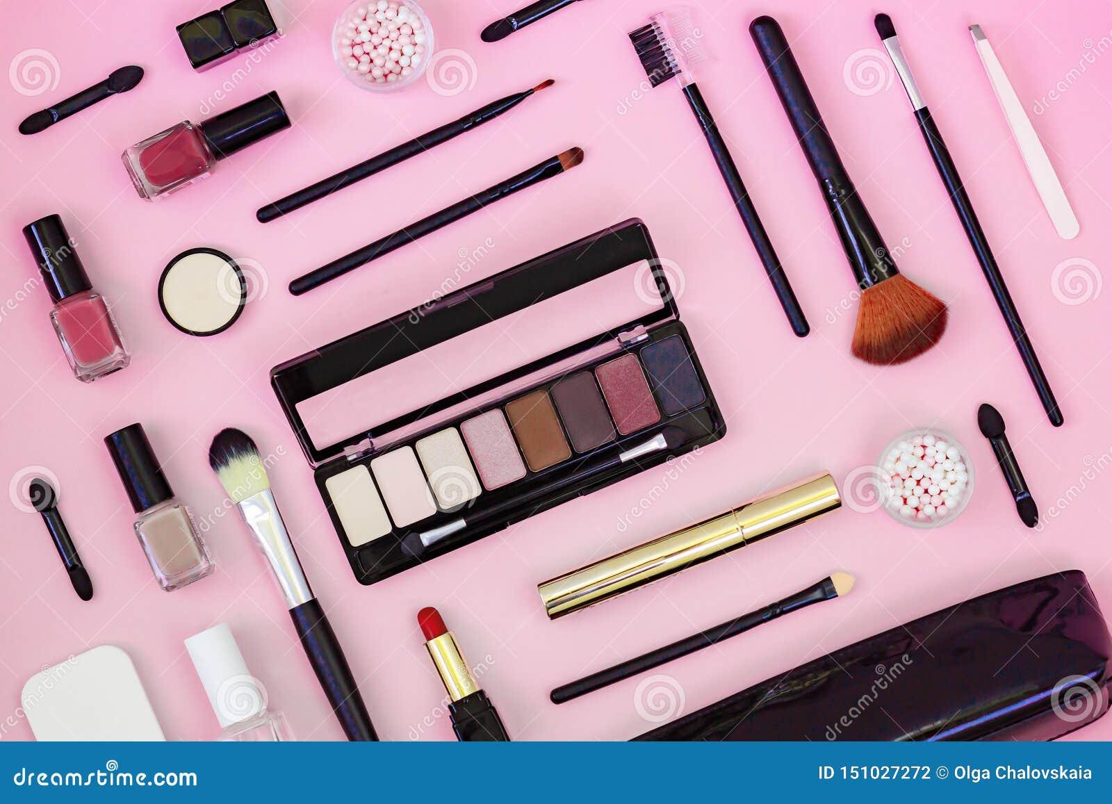 Spazzola di trucco e cosmetici decorativi su un fondo rosa-chiaro Vista superiore