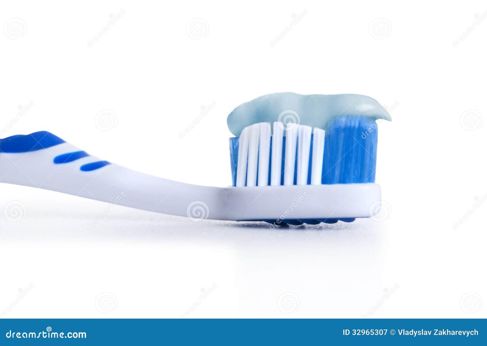 Spazzolino da denti con il dentifricio
