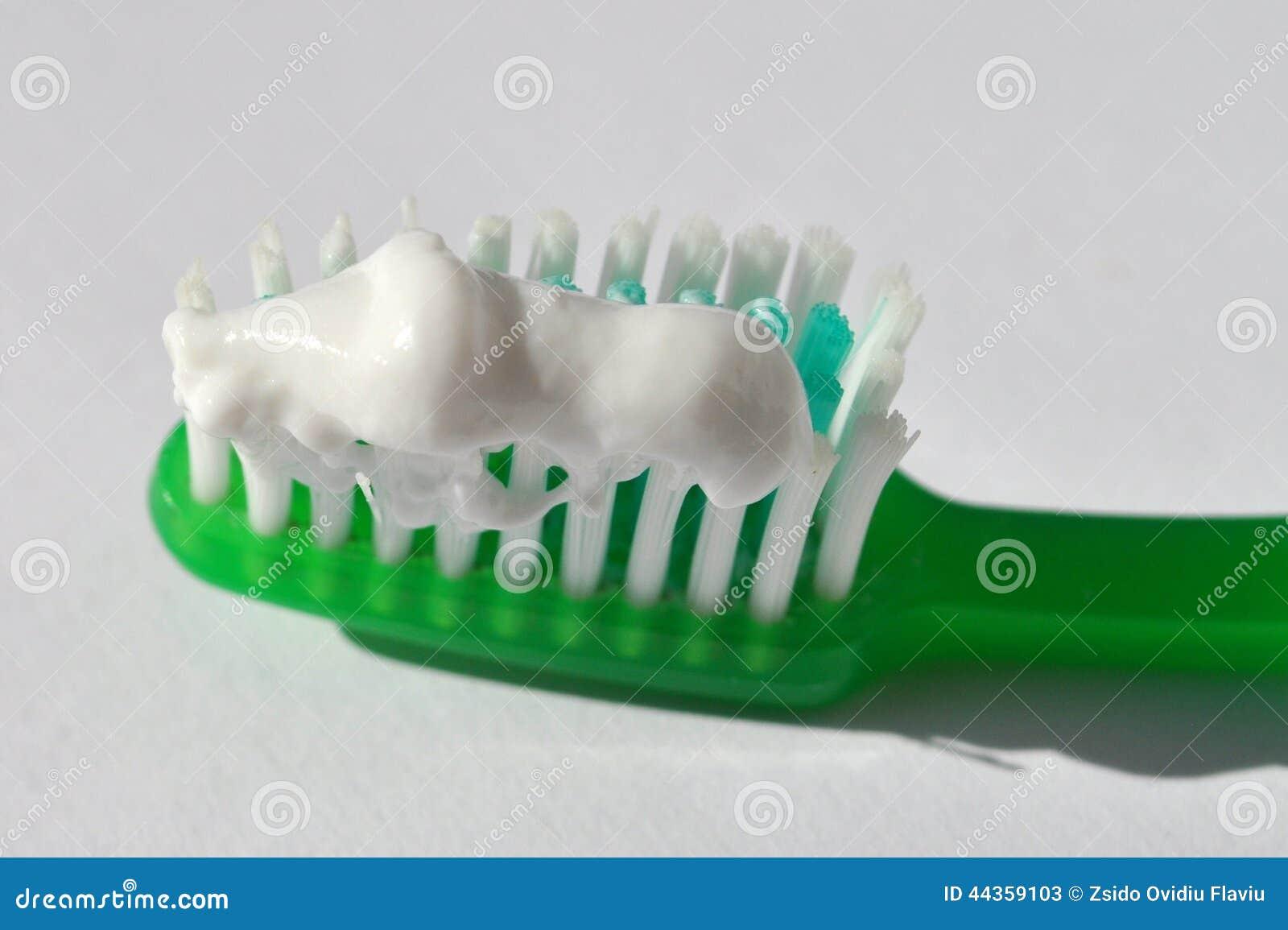 Spazzolino da denti e dentifricio in pasta