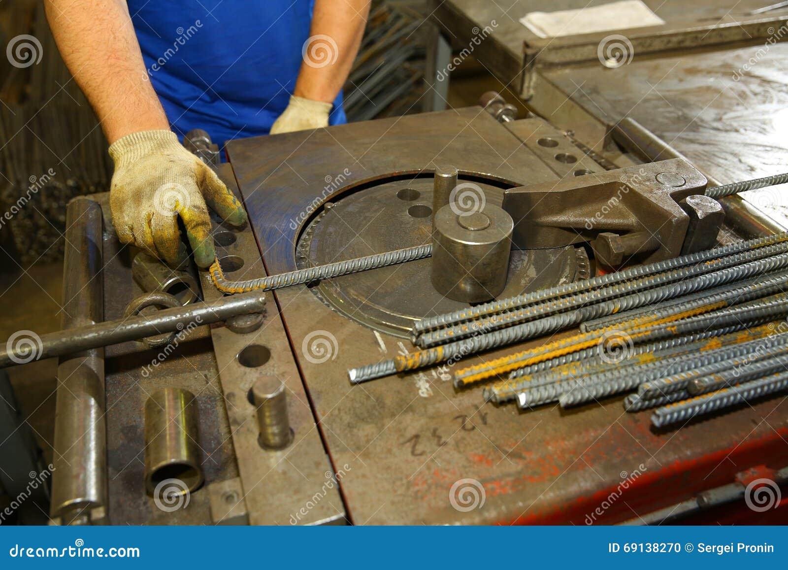 photo stock spcialiste employant le rebar de cintreuse machine cintrer d acier pour la construction image