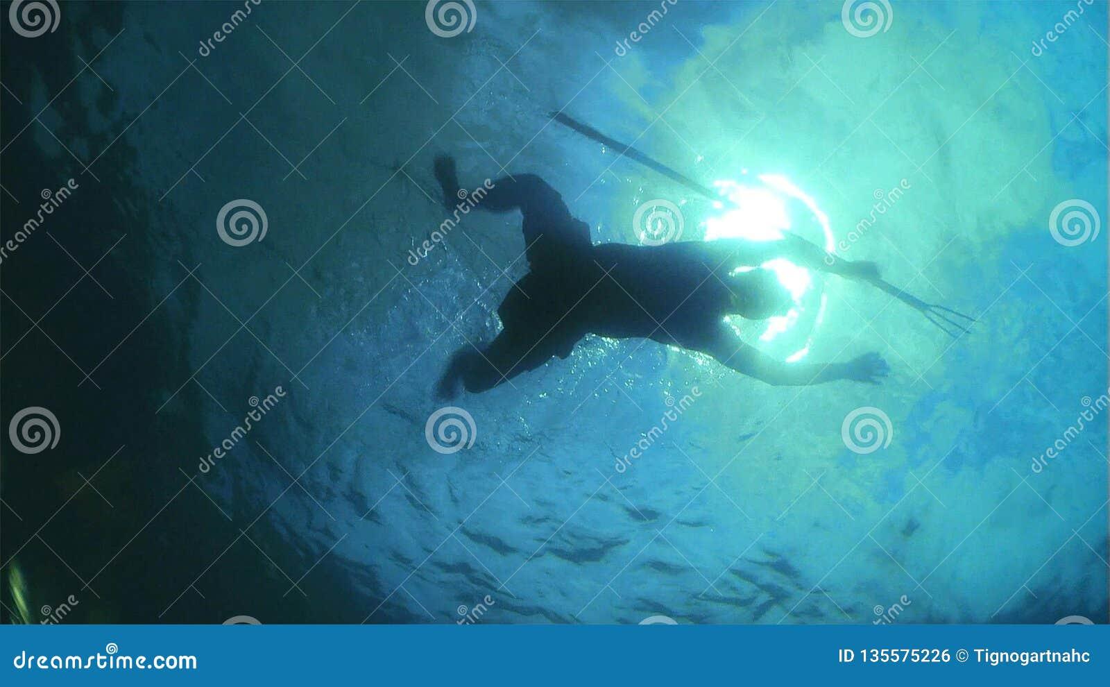 Spearfishing w błękitnej wodzie morskiej