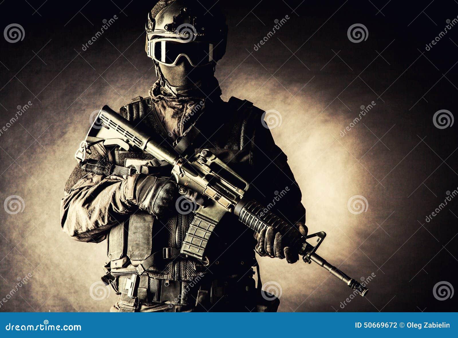 Spec ops funkcjonariusza policji pacnięcie