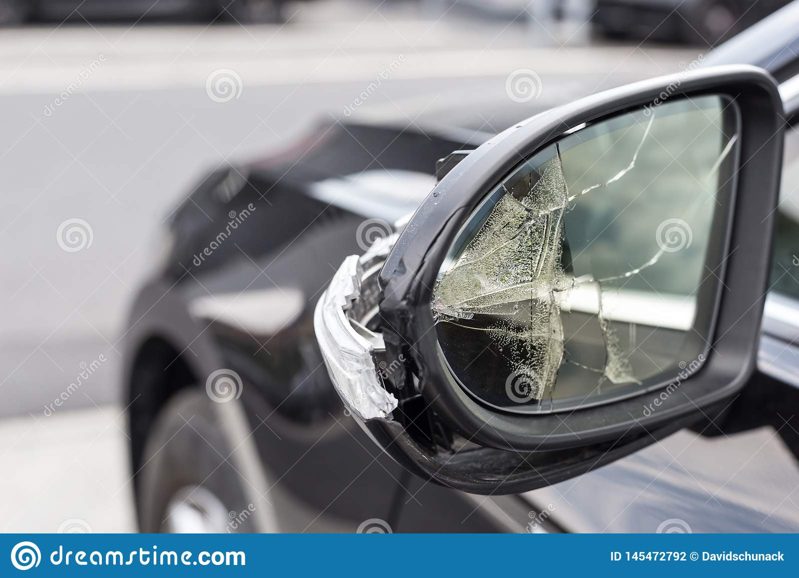 Specchi rotti di un automobile