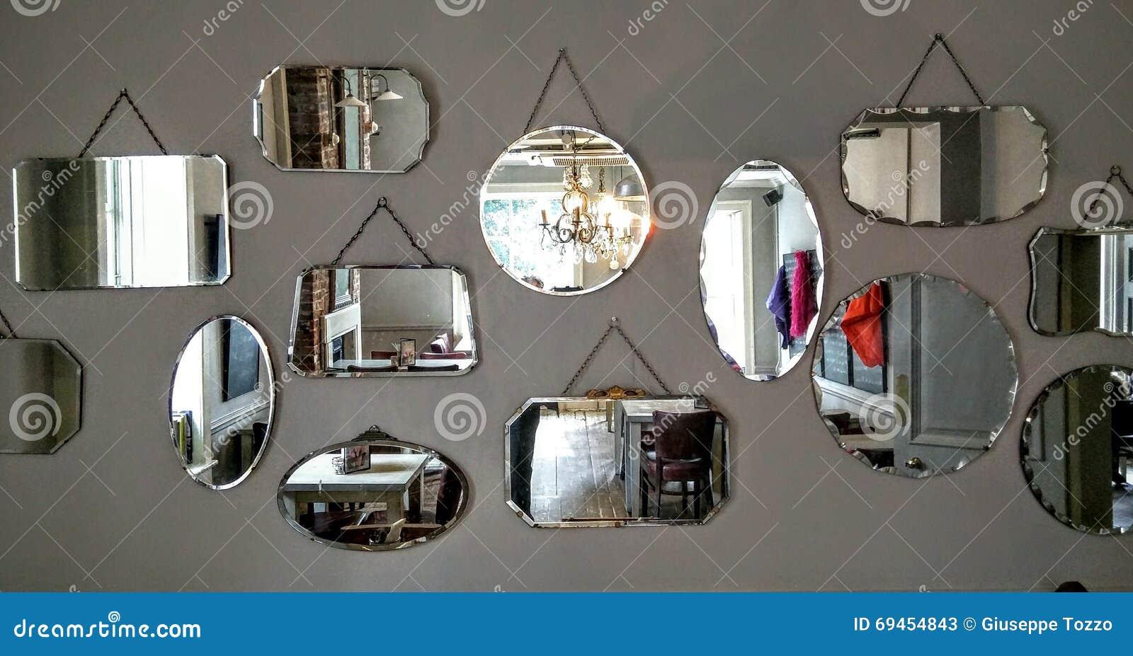 Specchi su una parete