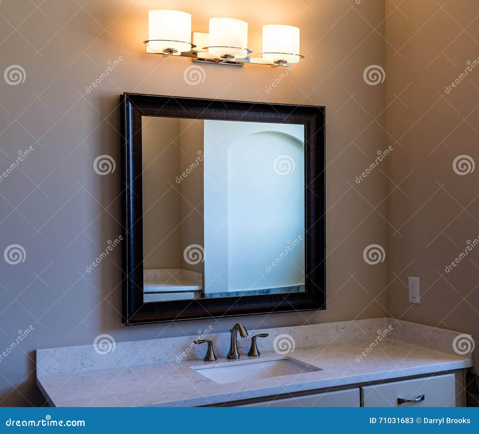 Luci Per Lo Specchio Del Bagno.Specchio E Luci Di Vanita Moderni Del Bagno Immagine Stock
