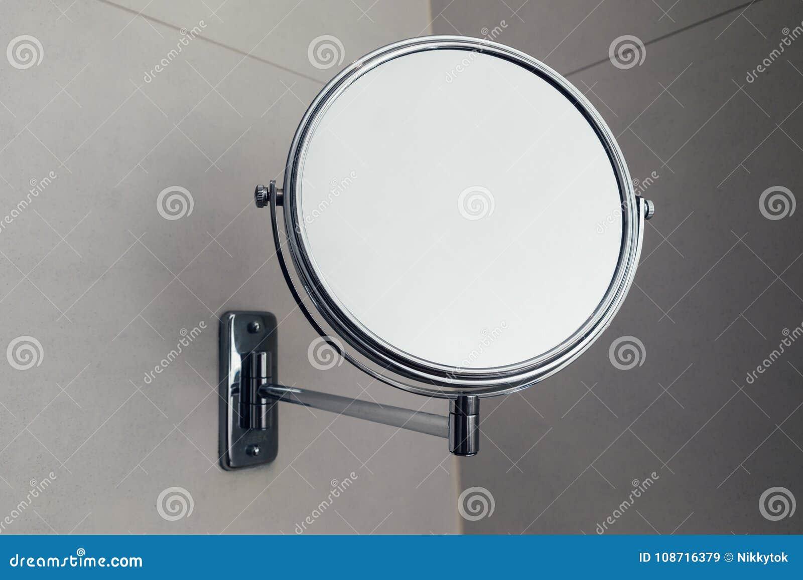 Specchio rotondo di vanità in bagno vista del primo piano
