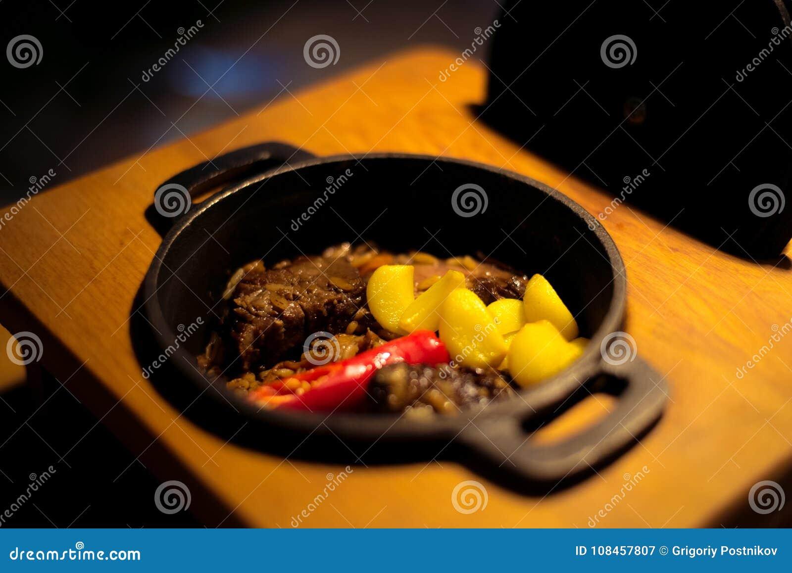 Specialitet för kock som s framläggas i restaurang på den tjänade som tabellen
