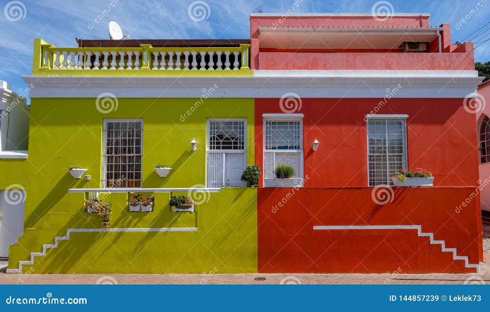 Specificerat foto av hus i den malajiska fjärdedelen, Bo-Kaap, Cape Town, Sydafrika, historiskt område av ljust målade hus