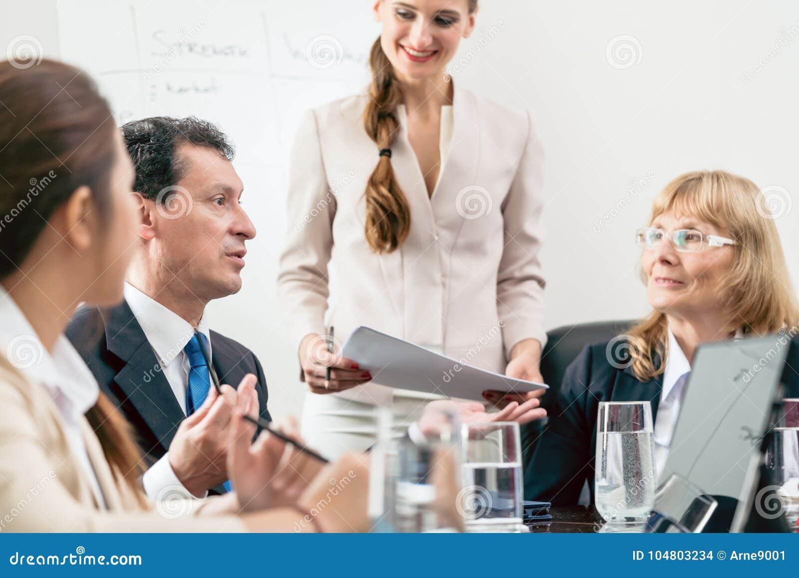 Specifieke manager die zijn advies delen terwijl het interpreteren van pastei-c