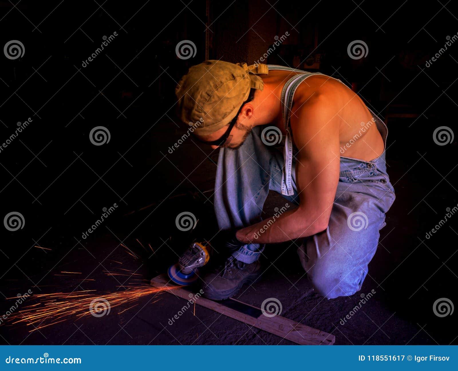 Specjalisty auto mechanik naprawia samochód