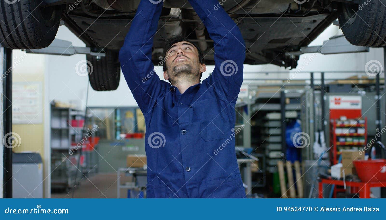 Specjalisty auto mechanik w samochodowej usługa, naprawy samochód, robi przekazowi i toczy Pojęcie: naprawa maszyny, usterek di