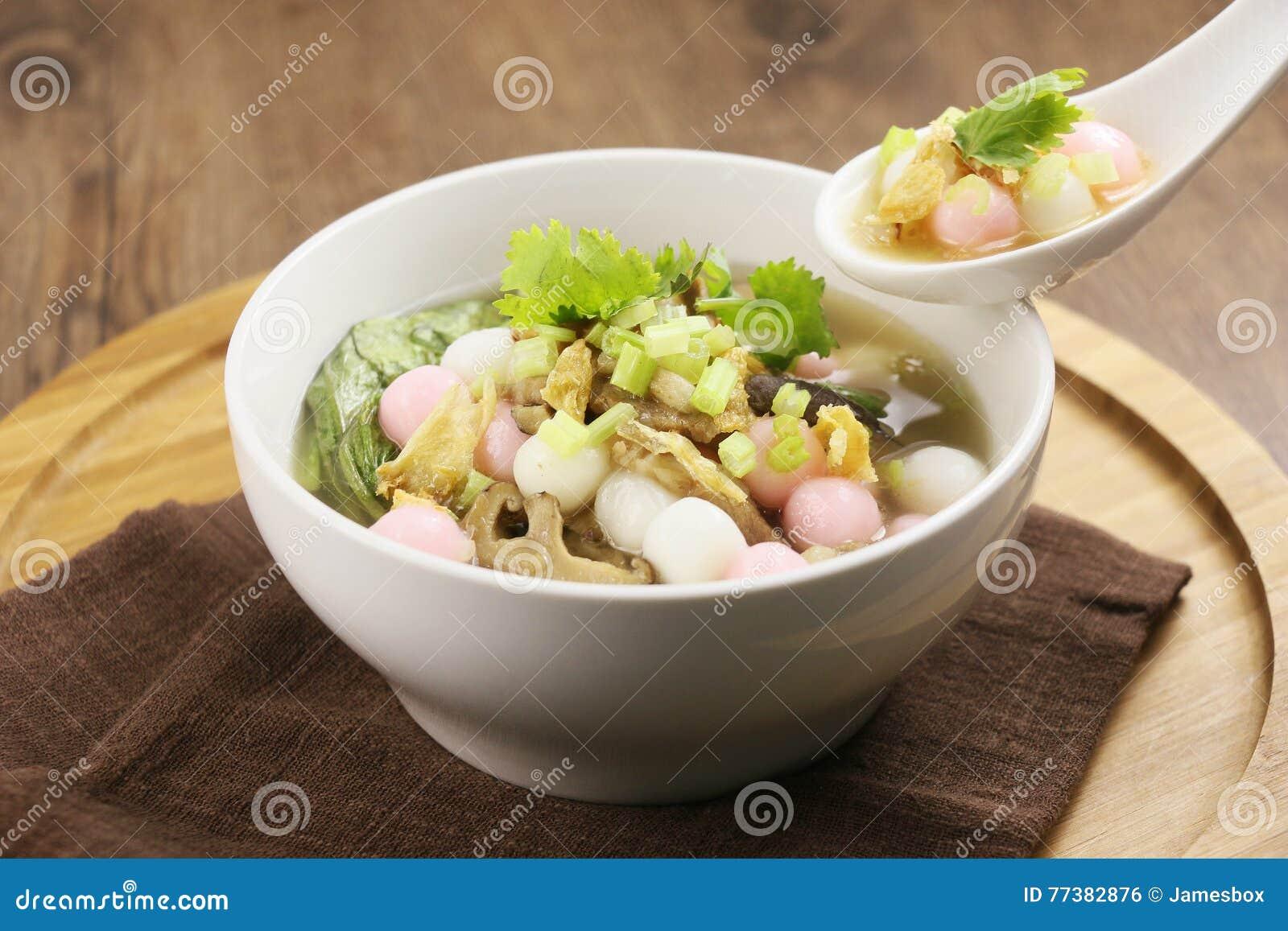 Specjalna polewka ryżowa piłka i pieczarka w bielu talerzu na drewnianym