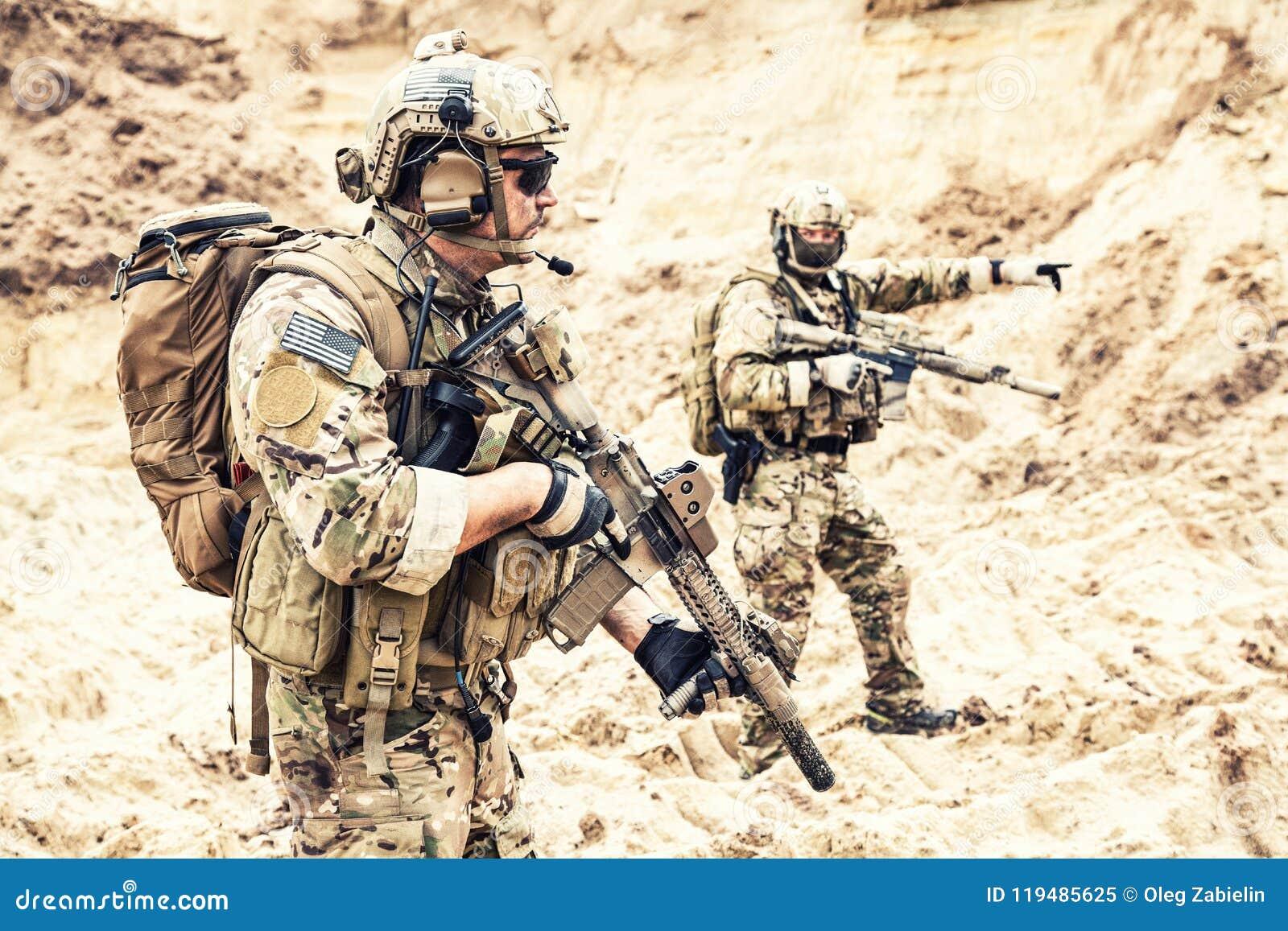 Specjalnych operacj sił drużynowy napadać w pustyni