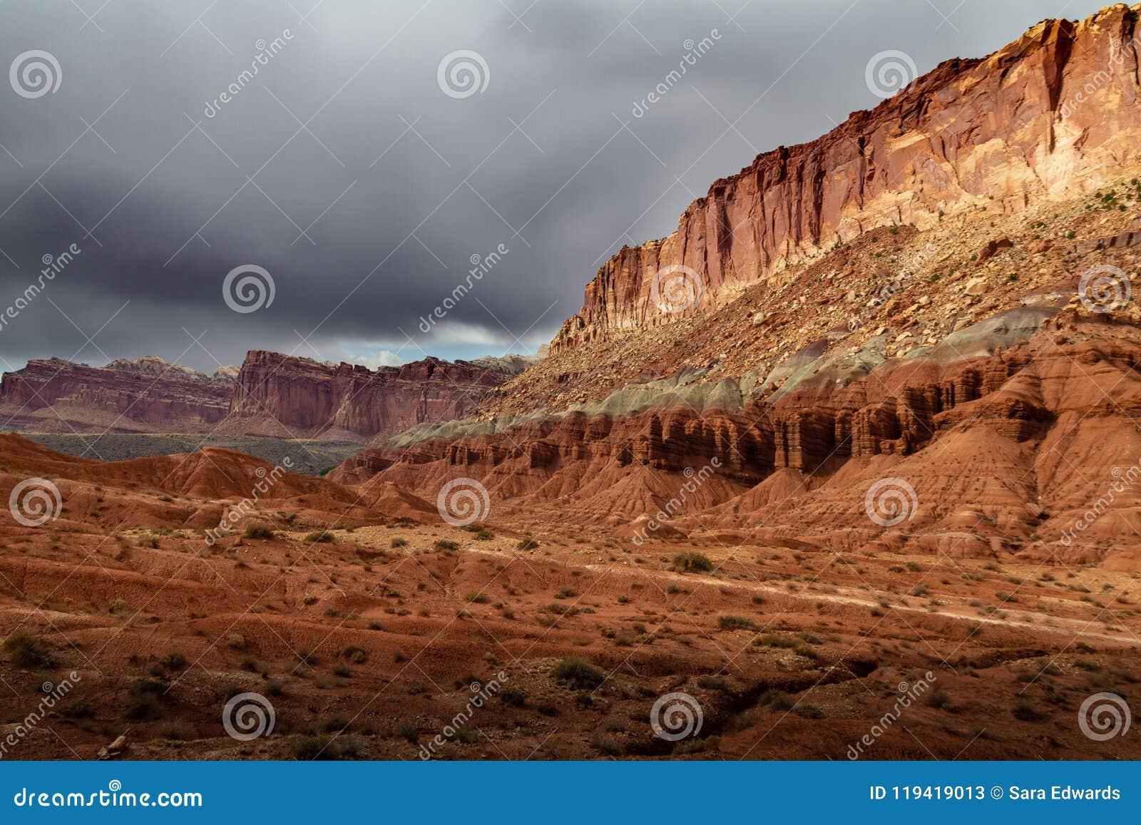 Spectaculaire kleurrijke rotsvormingen en epische onweerswolken over het Nationale Park van de Capitoolertsader in Utah