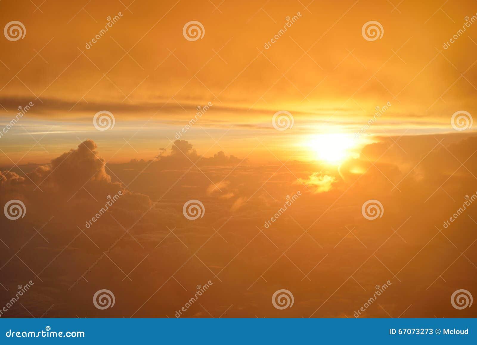 Spectaculaire mening van zonsondergang of zonsopgang boven wolken van vliegtuigvenster Hoogste mening