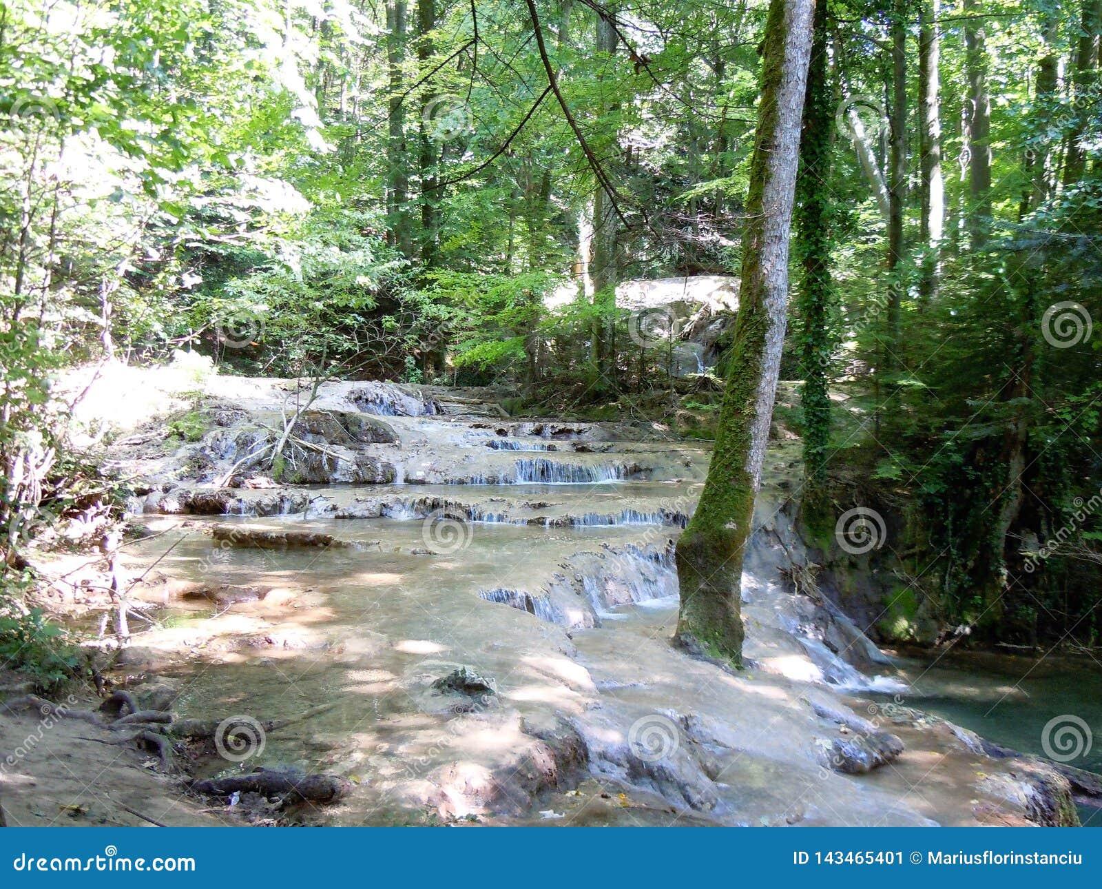 Spectaculaire successie van watervalcascades