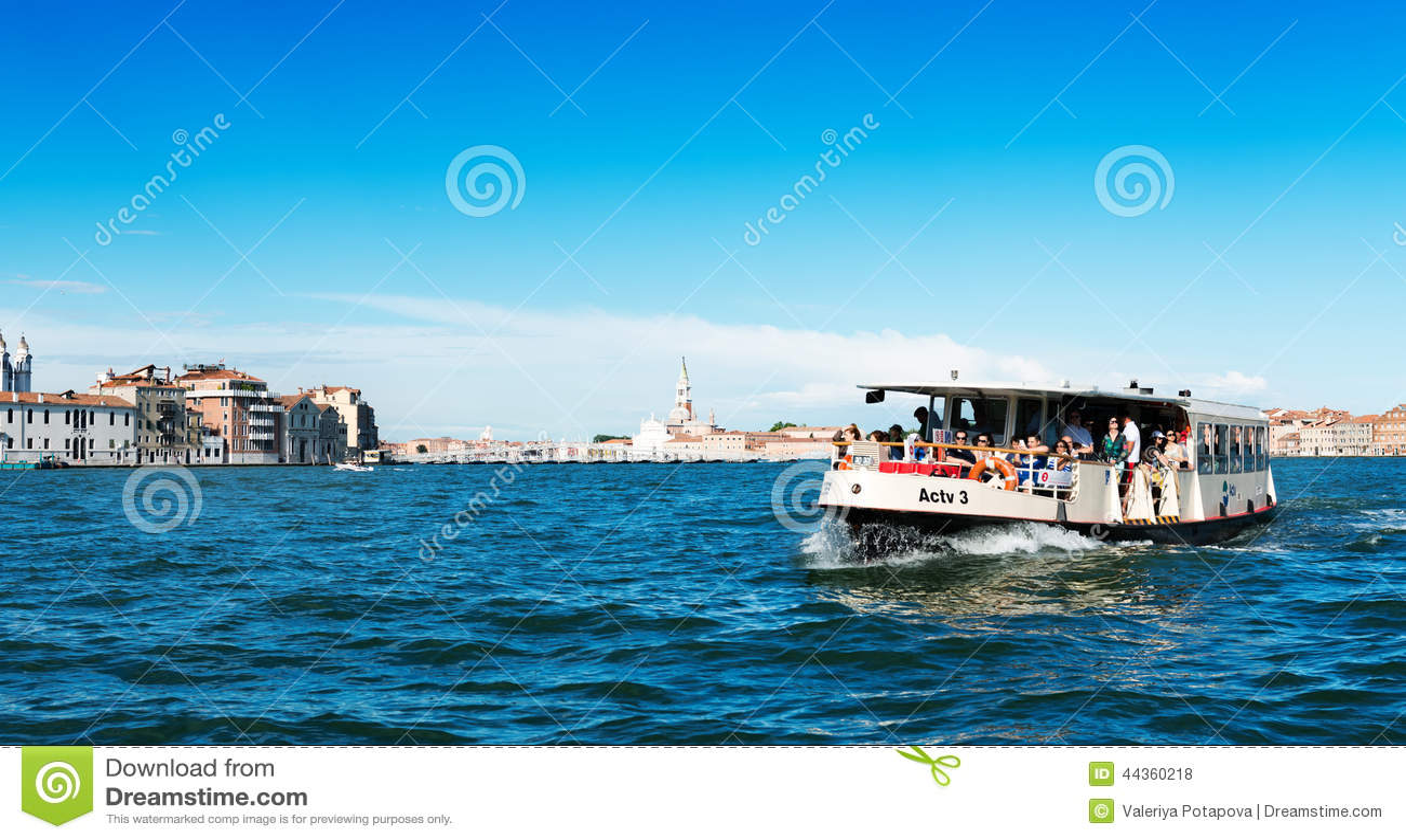 Spedisca la gente di trasporto nelle acque di Grand Canal Venezia è una