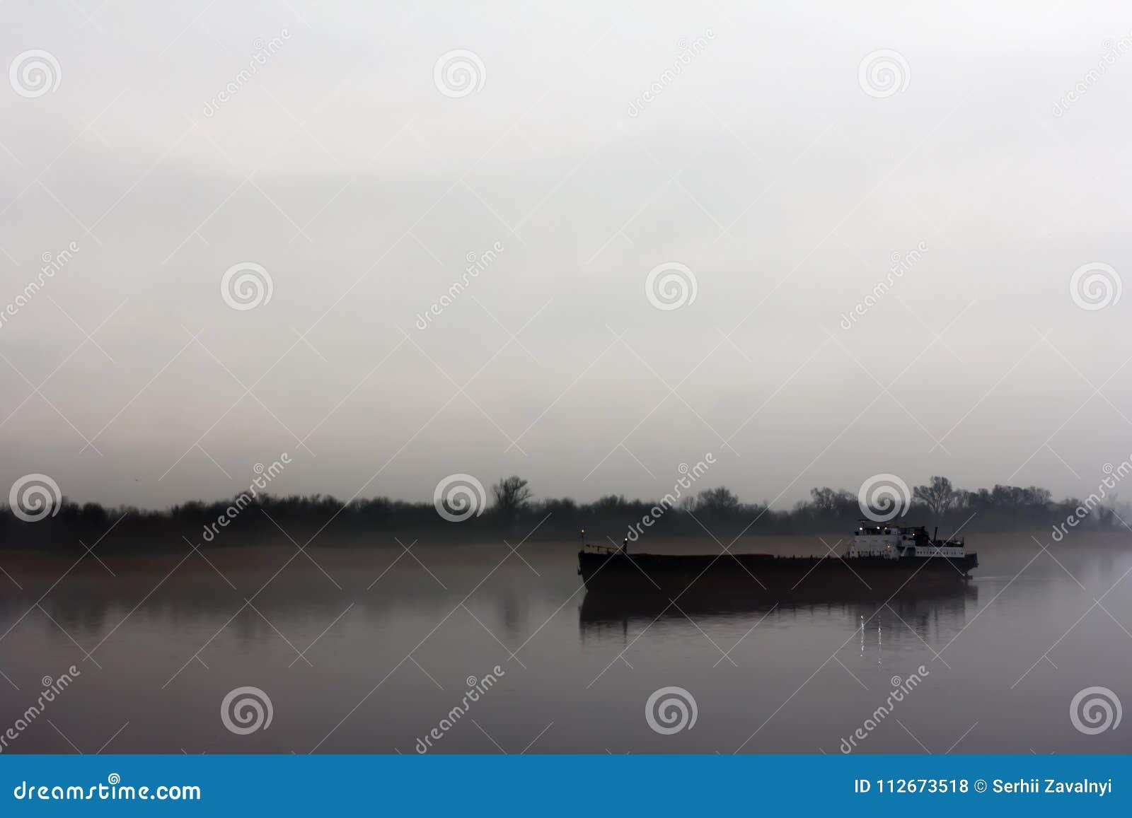 Spedisca sul fiume di IJssel vicino a Wilsum nel corso della mattinata soleggiata e nebbiosa in anticipo