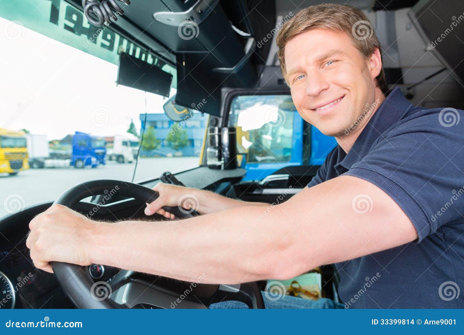 Spedizioniere o autista di camion in cappuccio dei driver