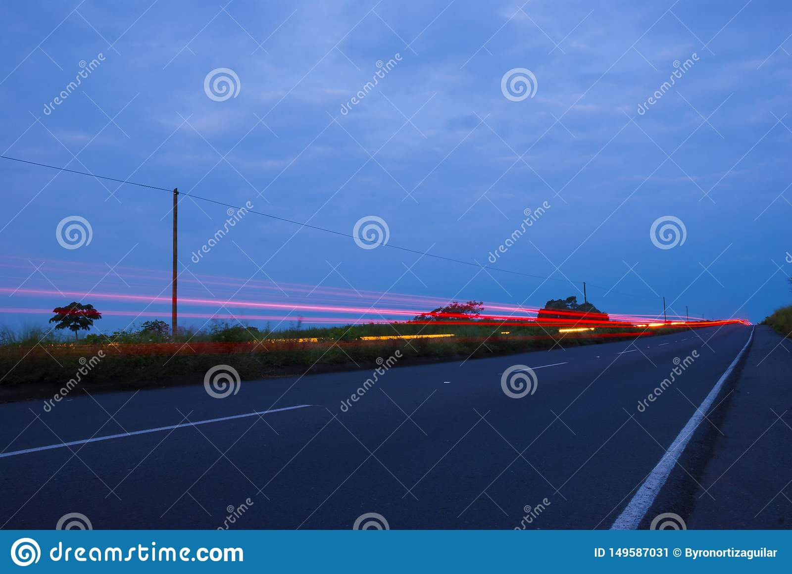 Speedingon de los coches una carretera, Guatemala, America Central, coche de la velocidad