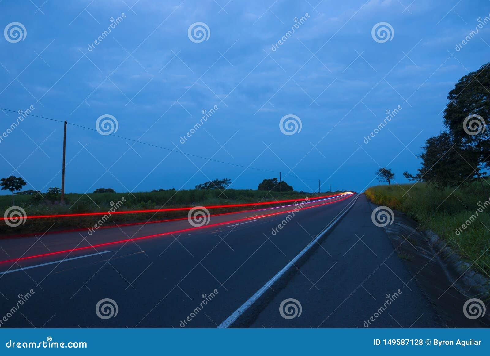Speedingon dos carros uma estrada, Guatemala, Am?rica Central, carro da velocidade